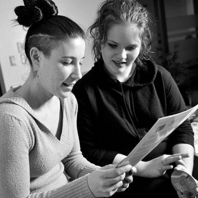 Photo deux étudiantes en relation d'aide