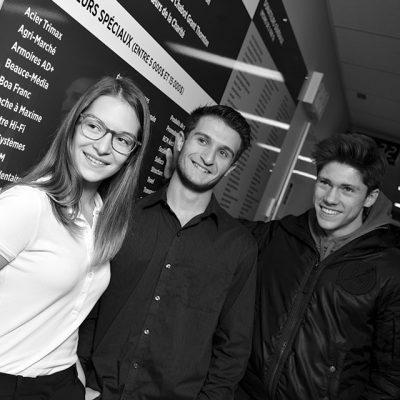 Groupe de trois étudiants souriants